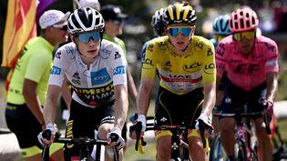 Jonas Vingegaard (Jumbo Visma), Tadej Pogacar(UAE-Team Emirates) et Rigoberto Uran(EF Education - Nippo) lors de la 15 étape du Tour de France 2021. (ANNE-CHRISTINE POUJOULAT / AFP)