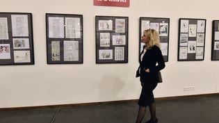 Maryse Wolinski, épouse du dessinateur de Charlie Hebdo George Wolinski, traverse une exposition consacrée à son mari, lors du 34e Salon international de la caricature, du dessin de presse et de l'humour, le 25 septembre 2015 à Saint-Just-le-Martel. (PASCAL LACHENAUD / AFP)