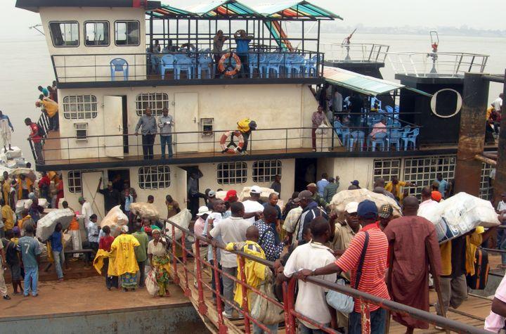 Embarquement au port de Brazzaville pour traverser le fleuve Congo. (PATRICK FORT / AFP)