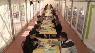 Au lycée de la Sardières de Bourg-en-Bresse, les lycéens mangent sous une grande tente (France 3 Rhône-Alpes)