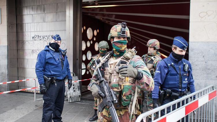 L'armée et la police à l'entrée d'une station de métro de Bruxelles (Belgique), le 23 mars 2016. (KEVIN VAN DEN PANHUYZEN / NURPHOTO / AFP)
