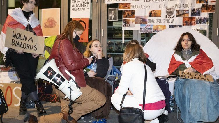 Cinq citoyens biélorusses ont entamé une grève de la faim devant le siège du Parlement européen à Varsovie (Pologne), le 27 mai 2021, en soutien au journalisteRoman Protassevitch. (FRANCOIS DEVOS / HANS LUCAS / AFP)