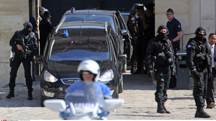 Leconvoi transportantMehdi Nemmouche le 12 juin 2014, lors de sa présentation devant la cour d'appel de Versailles. (REMY DE LA MAUVINIERE/AP/SIPA / AP)