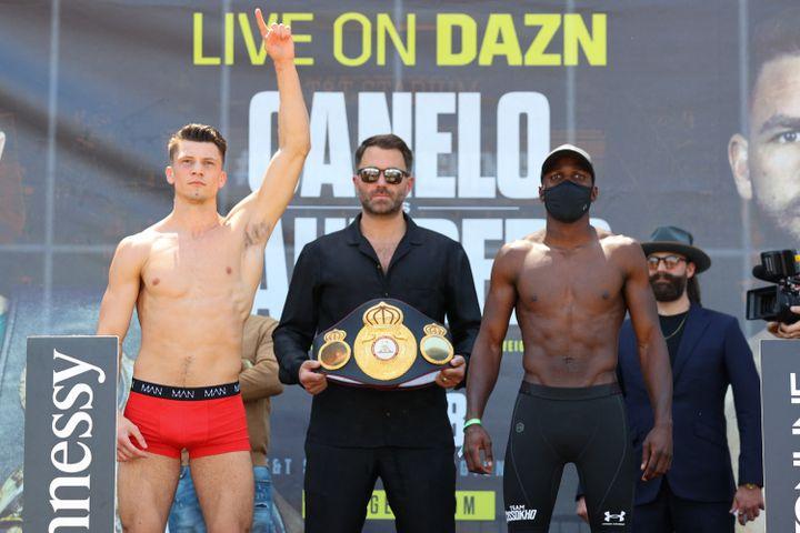 Kieron Conway (à g.) et Souleymane Cissokho (à d.) se font face après s'être pesés,le 7 mai, pour leur combat de boxe au AT&T Stadium de Dallas. (ED MULHOLLAND / MATCHROOM BOXING / AFP)