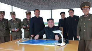 Le leader nord-coréen Kim Jong-Un observe le lancement d'un missile depuis Pyongyang le 29 août 2017, selon cette photo diffusée par leRodong Sinmun, organe du parti unique au pouvoir. (YONHAP NEWS / NEWSCOM / SIPA)