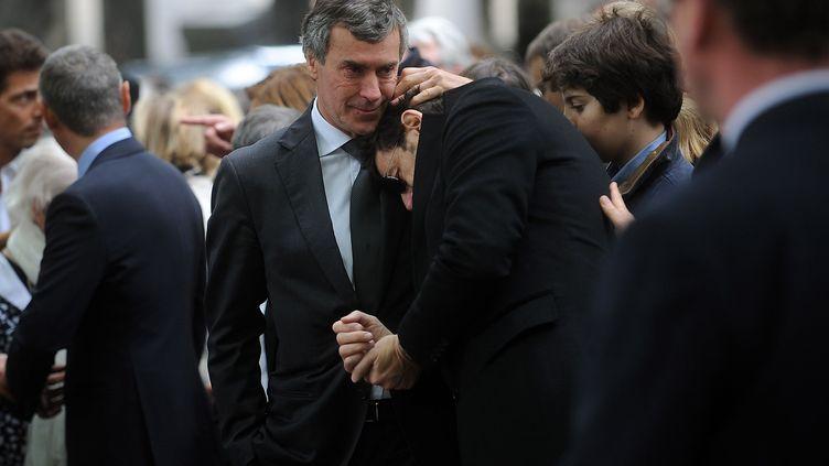 L'ancien ministre du Budget Jérôme Cahuzac console Patrick Bruel, à l'enterrement deGuy Carcassonne, le 3 juin 2013 à Paris. (ANTONIOL ANTOINE/SIPA)