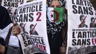 Une femme algérienne manifeste contre le régime d'Abdelaziz Bouteflika, à Alger, le 29 mars 2019. (RYAD KRAMDI / AFP)