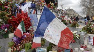 Un anaprès l'attaque qui asecoué Paris et la région parisienne, en janvier 2015, laFrance se reccueille, place de la République, le 5 janvier 2016. (ARTUR WIDAK / NURPHOTO)