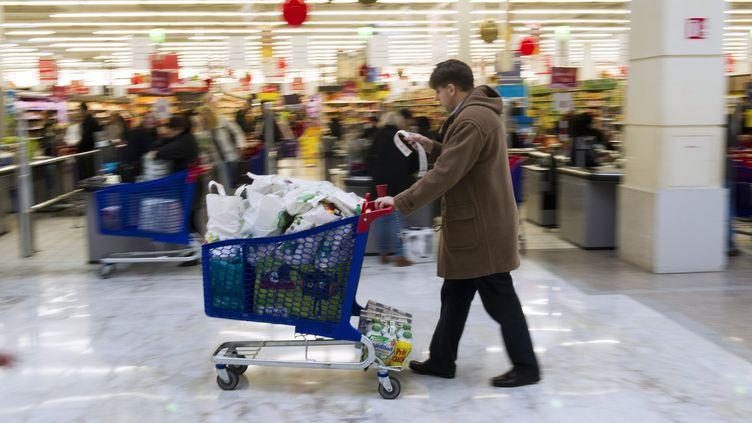 Selon une enquête de l'UFC-Que Choisir dévoilée mardi 25 février 2014, les magasins Leclerc sont en général les moins chers, les Monoprix les plus onéreux. (LIONEL BONAVENTURE / AFP)