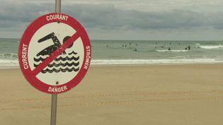Un panneau signalant un danger sur une plage de Lacanau. (France 3 Bordeaux)
