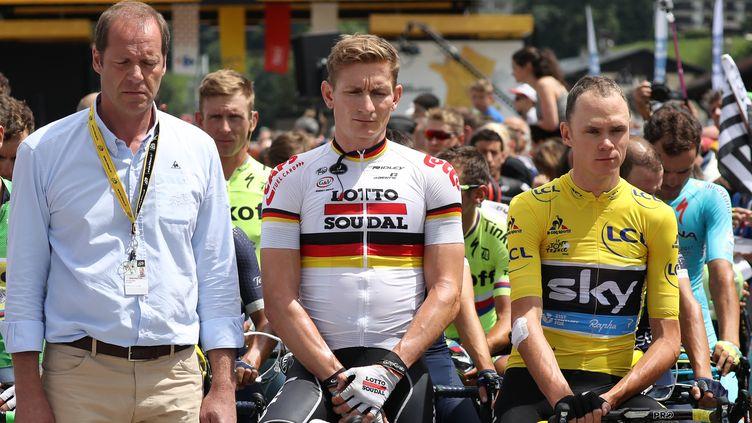 Le directeur de course Christian Prudhomme, le champion d'AllemagneAndré Greipel et le maillot jaune ChristopherFroome, lors de la minute de silence en hommage aux victimes de la fusillade de Munich, samedi 23 juillet 2016 à Megève (Haute-Savoie). (KENZO TRIBOUILLARD / AFP)