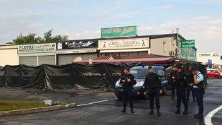 Des policiers enquêtent à Sept-Sorts (Seine-et-Marne), le 15 août 2017, après qu'une voiture a fait un mort en fonçant sur la terrasse d'une pizzeria. (SARAH BRETHES / AFP)