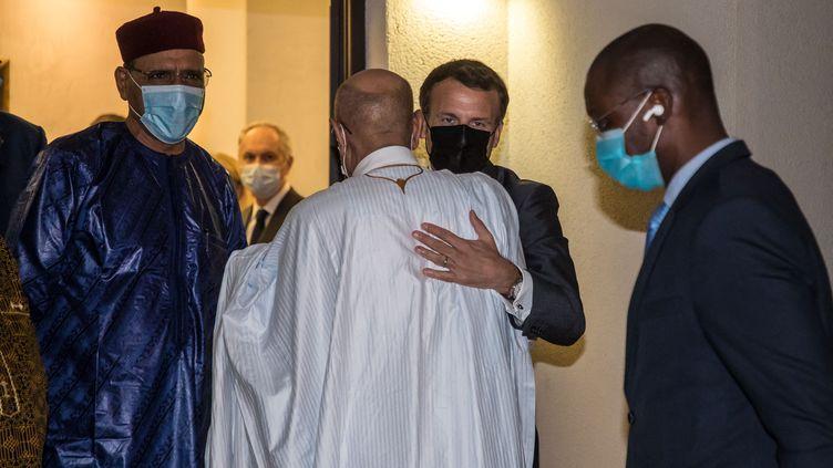 Emmanuel Macron enlace le président mauritanienOuld Cheikh El Ghazouani lors de son déplacement au Tchad pour les funérailles duprésident Idriss Déby, le 22 avril 2021. (CHRISTOPHE PETIT TESSON / POOL)