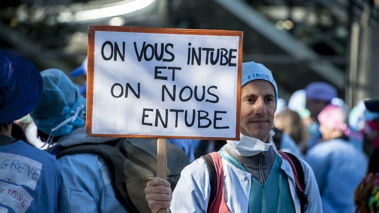 Les infirmières anesthésistesmanifestent à Paris, le 1er Octobre, 2015 contre le projet de loi de santé et l'austérité budgétaire (CITIZENSIDE / YANN KORBI / AFP)