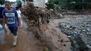 Des habitants de la ville de Mocoa, en Colombie, dévastée par une coulée de boue, samedi 1er avril 2017. (JAIME SALDARRIAGA / REUTERS)