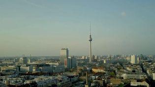 En Allemagne, la semaine de commémoration de la chute du mur de Berlin se poursuit. France 2 est allée voir à Berlin ce qu'il restait de la République démocratique allemande (RDA), ce pays disparu en 1990. (France 2)