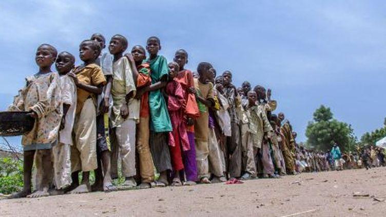 Des enfants attendent une prise en charge dans le camp de réfugiés de Banki, au Nigeria. (UNICEF)