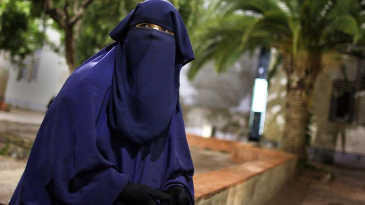 A Nice (Alpes-Maritimes), en mai 2011, une femme ayant reçu une amende pour avoir porté un voile intégral. (MAXPPP)