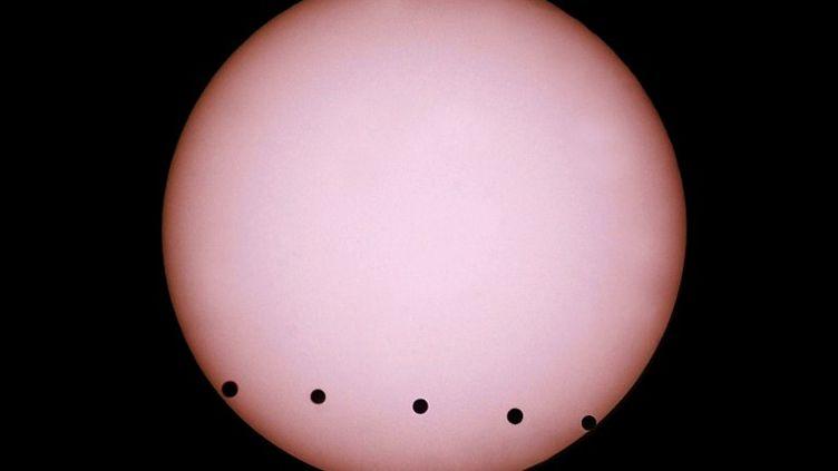 Photo prise à Berlin (Allemagne) du transit de Venus, le 8 juin 2004. (JOERG KOCH / DDP)