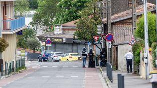 Des policiers surveillent le bureau de tabac pendant la prise d'otages, le 7 mai 2019 à Blagnac (Haute-Garonne). (PABLO TUPIN  / HANS LUCAS / AFP)
