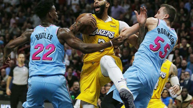 Anthony Davis (Los Angeles Lakers) pris en tenaille par le duo Jimmy Butler - Duncan Robinson (Miami Heat) (RHONA WISE / EPA)
