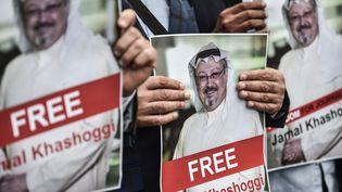 Des manifestants à Istanbul, le 8 octobre 2018, brandissent des portraits de Jamal Khashoggi, journaliste saoudien porté disparu depuis le 2 octobre 2018. (OZAN KOSE / AFP)