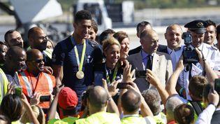 Tony Yoka et Estelle Mossely, tous deux médaillés d'or, à l'aéroport de Roissy-Charles-de-Gaulle, le 23 août 2016. (PATRICK KOVARIK / AFP)