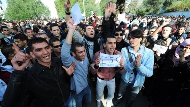 Des étudiants protestent contre le gouvernment devant le ministère de l'éducation supérieure,à Alger, le 22/02/11 (AFP/Farouk Batiche)