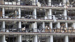 Une façade d'immeuble ravagée par l'explosion, le 5 août 2020 à Beyrouth (Liban). (ANWAR AMRO / AFP)