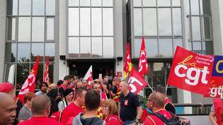 Des syndicalistes CGT de conforama devant l'hôtel Campanile de Torcy (Seine-et-Marne). (MAÏWENN BORDRON / RADIO FRANCE)