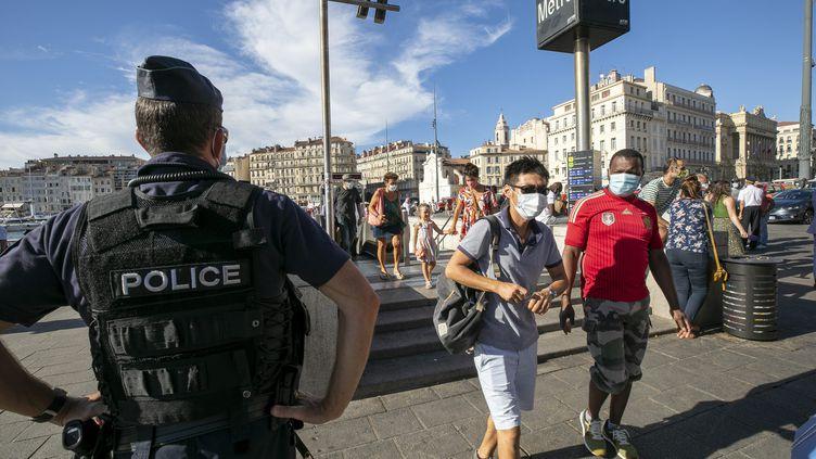 Illustrationduport du masque et des contrôles de police sur le Vieux-Port à Marseille, le 17 août 2020 (photo d'illustration). (SPEICH FREDERIC / MAXPPP)