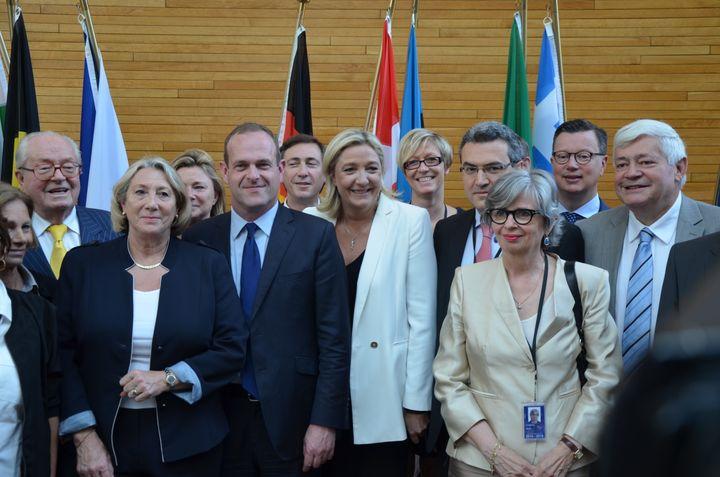 Mylène Troszczynski, au centrederrière Marine Le Pen, pose avec des eurodéputés du FN, le 1er juillet 2014, au Parlement européen, à Strasbourg (Bas-Rhin). (YANN THOMPSON / FRANCETV INFO)
