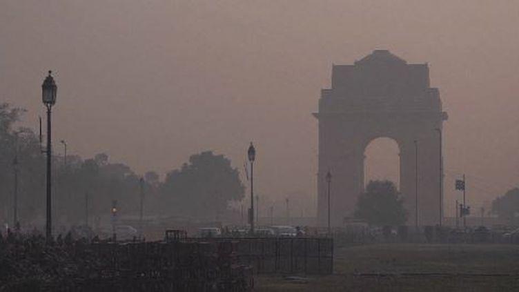 Les sans-abri sont en première ligne face à la pollution de l'air qui affecte New Delhi. Depuis le début de l'hiver, la capitale indienne suffoque dans un brouillard empoisonné chargé de particules en suspension. (France 24)