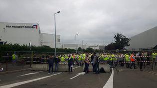 Les salariés de GM&S rassemblés devant le site PSA de Poissy, mardi 5 septembre 2017. (ISABELLE RAYMOND / RADIO FRANCE)