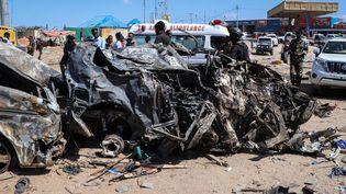 Le véhicule détruit dans un attentat à Mogadiscio (Somalie), le 28 décembre 2019. (ABDIRAZAK HUSSEIN FARAH / AFP)