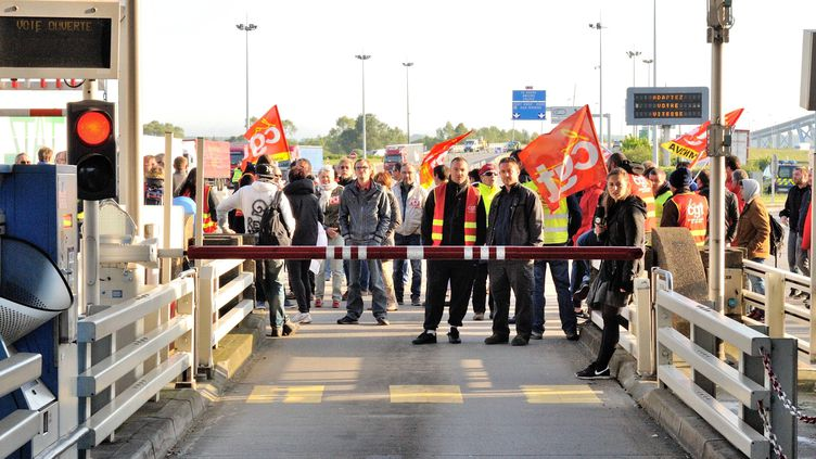 Des opposants à la loi Travail bloquent le pont de Normandie, le 25 mai 2016, au Havre (Seine-Maritime). (JONATHAN KONITZ / MAXPPP)
