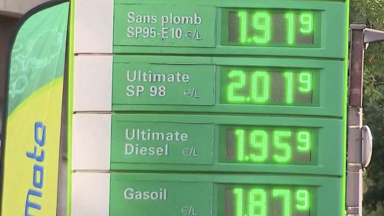 Après le blocage des tarifs du gaz, quelle sera la réponse du gouvernement face à la forte augmentation des prix du carburant, qui affecte le pouvoir d'achat des Français ? En attendant, chacun y va de sa technique pour essayer de payer moins cher. (Capture d'écran France 2)