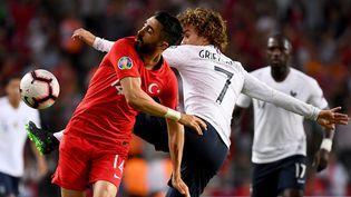 L'attaquant des Bleus Antoine Griezmann à la lutte avec le milieu turcMahmut Tekdemir lors du match Turquie-France le 8 juin 2019 à Konya (Turquie). (FRANCK FIFE / AFP)