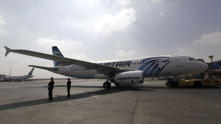 Un avion de la compagnie EgyptAir sur le tarmac de l'aéroport du Caire (Egypte), le 5 septembre 2013. (MOHAMED ABD EL GHANY / REUTERS)