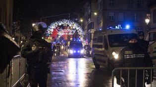 Des policiers près du marché de Noël à Strasbourg, après l'attentat, le 11 décembre 2018. (ELYXANDRO CEGARRA / ANADOLU AGENCY / AFP)