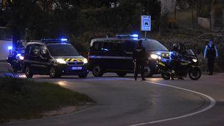 Le convoi dans lequel se trouve Nordahl Lelandais arrive à Pont-de-Beauvoisin, le 24 septembre 2018, pour participer à la reconstitution du meurtre de Maëlys. (JEAN-PHILIPPE KSIAZEK / AFP)