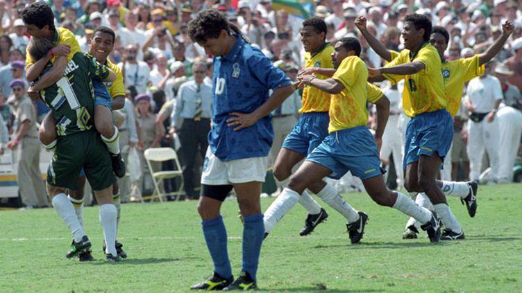 (Roberto Baggio abattu après son tir au but raté face au Brésil © Reuters/André Camara)