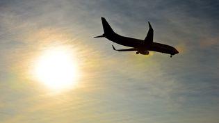 Un avion dans le ciel au dessusde l'aéroport de Charleroi Bruxelles (Belgique), le 21 décembre 2016. (MAXPPP)