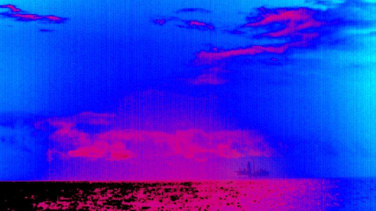 La photo publiée par Greenpeace mercredi 4 avril, montrant un nuage de méthane provenant de la plateforme d'Elgin. (GREENPEACE / AFP / GETTY IMAGES)
