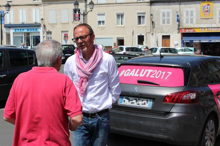 Yann Galut, en campagne àSaint-Amand-Montrond (Cher), le 2 juin 2017. (ROBIN PRUDENT / FRANCEINFO)