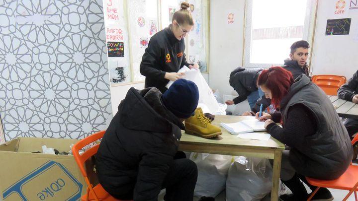 Distribution de chaussures dans un centre CARE (ISABELLE LABEYRIE / RADIO FRANCE)