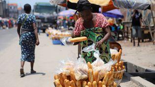 Une vendeuse de pains organise son étal le 20 mars 2020 à Kinshasa, la capitale de la République démocratique du Congo (RDC). (KENNY-KATOMBE BUTUNKA / REUTERS)