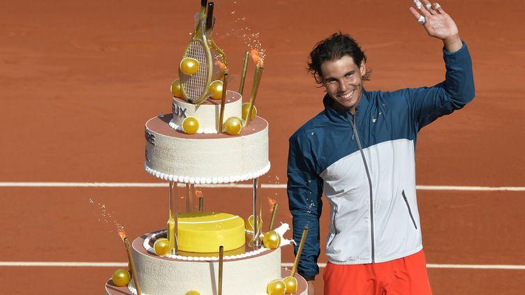 L'Espagnol Rafael Nadal a soufflé ses bougies sur le court, à Roland Garros, le 3 juin 2013. (MIGUEL MEDINA / AFP)