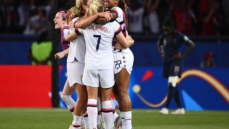 Les Américaines célèbrent leur victoire au Parc des Princes face aux Bleues (2-1) en quarts de finale de la Coupe du monde, le 28 juin 2019. (FRANCK FIFE / AFP)