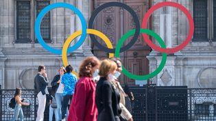 Les anneaux olympiques sur le parvis de l'Hôtel de ville de Paris, le 1er septembre 2021. (BRUNO LEVESQUE / MAXPPP)